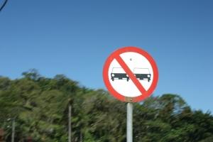 Placa de trânsito de proibido ultrapassar