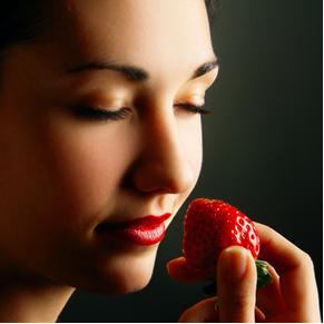 Enquanto o cheiro do morango natural é formado por mais de 100 substâncias, o flavorizante que confere o cheiro de morango aos alimentos é só um