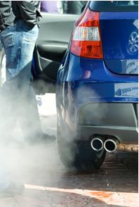 A combustão de combustíveis fósseis emite gases poluentes para a atmosfera