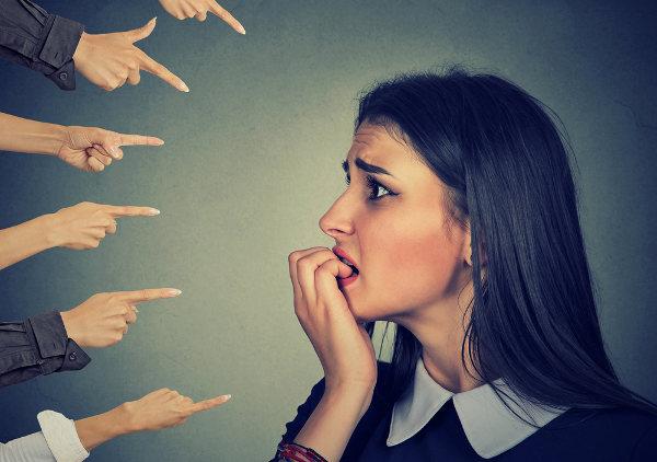 Na fobia social, a pessoa possui medo de ser julgada de maneira negativa.