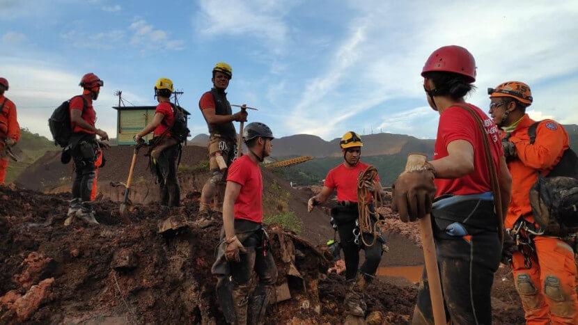 Bombeiros trabalhando no resgate de vítimas de Minas Gerais