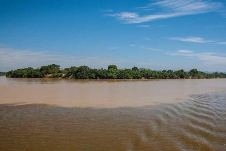 Encontro entre o Rio São Francisco e um de seus tributários, o Rio das Velhas.