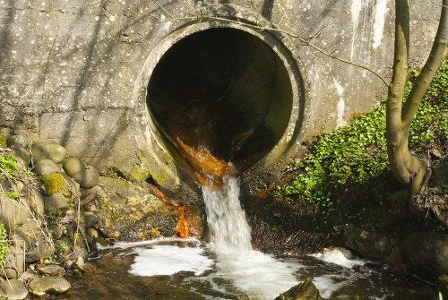 A poluição da água por esgoto é muito comum em todo o mundo.