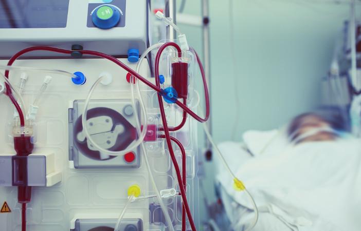 Na hemodiálise, uma máquina realiza a filtragem do sangue, processo feito pelos rins no organismo sadio
