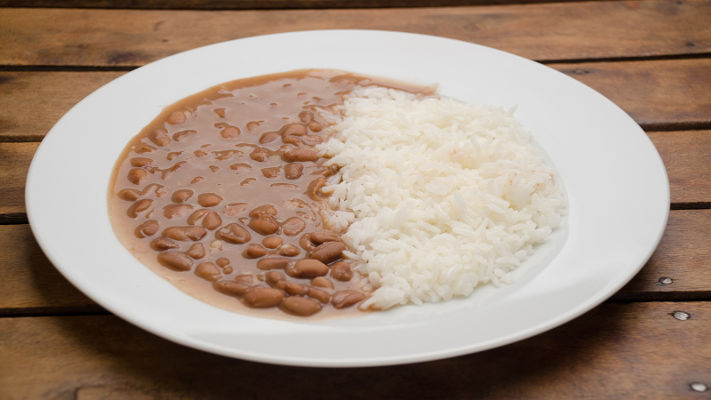 O arroz apresenta aminoácidos que não estão presentes no feijão, e vice-versa, formando uma combinação nutritiva