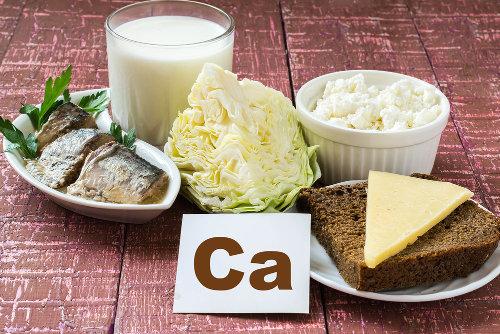 O cálcio é um sal mineral que deve ser adquirido pela alimentação