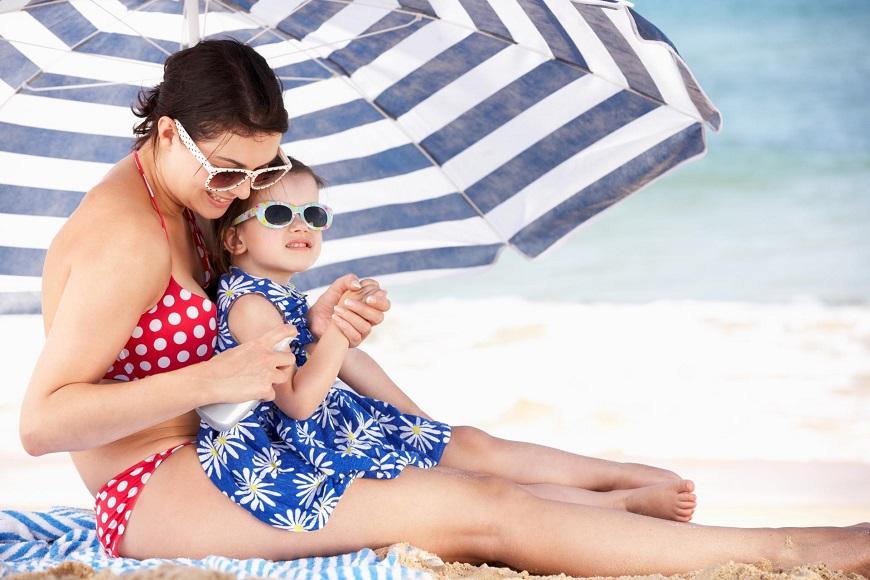 O uso de protetores solares, óculos escuros e guarda-sóis é recomendado para diminuir os efeitos do sol
