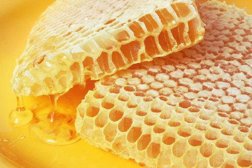 Os favos advêm da cera produzida pelas abelhas
