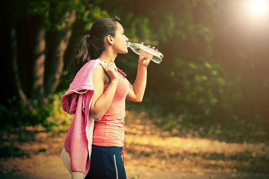 Pessoas que praticam atividades físicas necessitam de uma maior quantidade de água