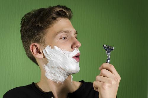 Uma das características da puberdade em meninos é o crescimento de pelos na face